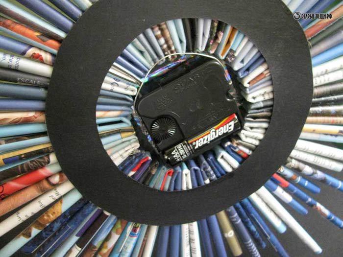 Например оригинальные часы можно сделать из старых журналов, механизма часов, компакт-диска и клея.