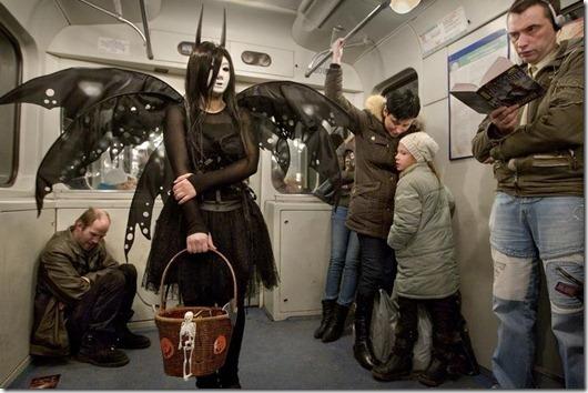 В метро (530x354, 68Kb)