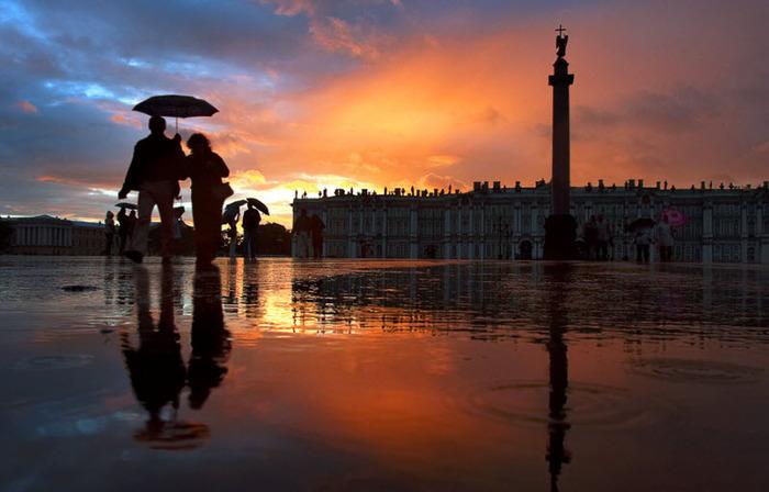 Старое фото в увеличенном размере (дождливый закат на Дворцовой площади) (700x448, 89Kb)