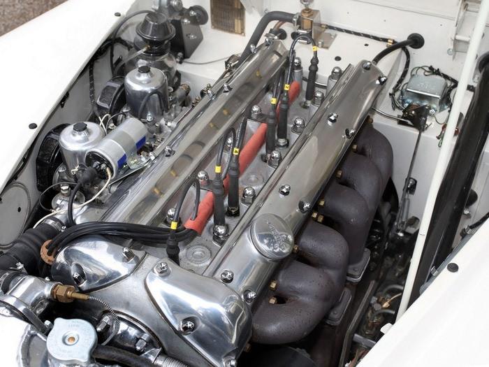 Jaguar XK120 - самая красивая машина 50-х годов 19-го века 7 (700x525, 119Kb)