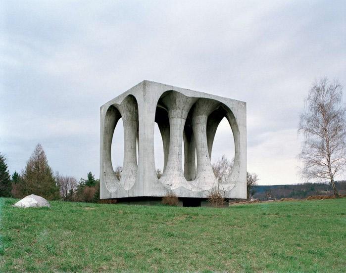 необычные памятники фото 2 (700x552, 94Kb)