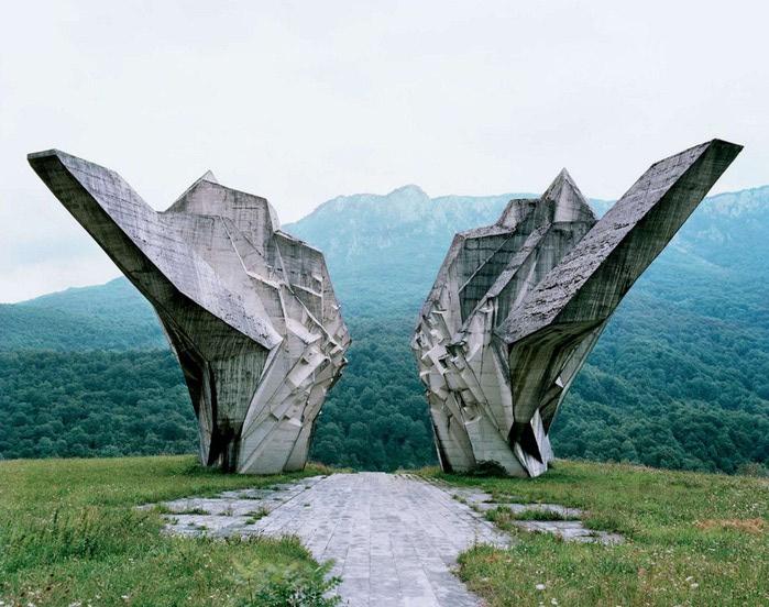 необычные памятники фото 4 (700x552, 113Kb)