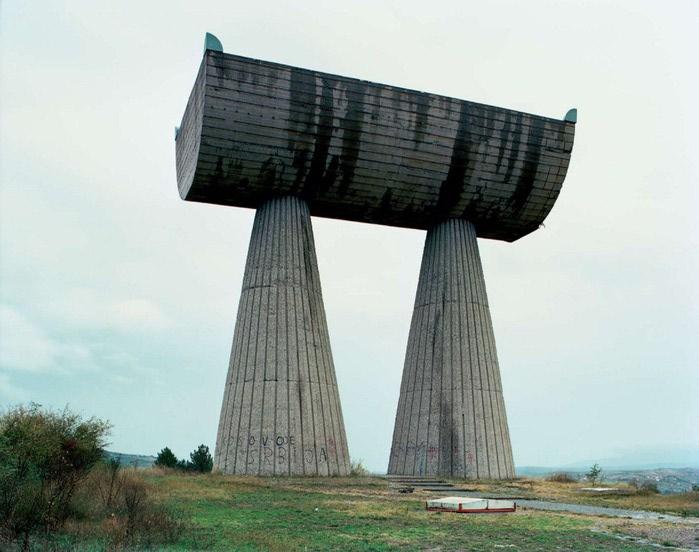 необычные памятники фото 5 (700x552, 77Kb)