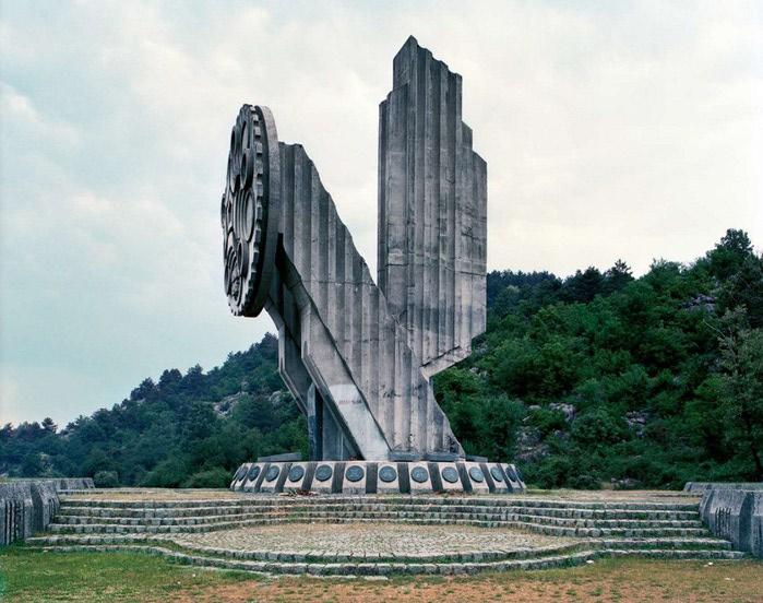 необычные памятники фото 7 (700x552, 108Kb)