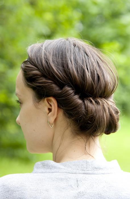 Как сделать прическу с ободком вокруг головы
