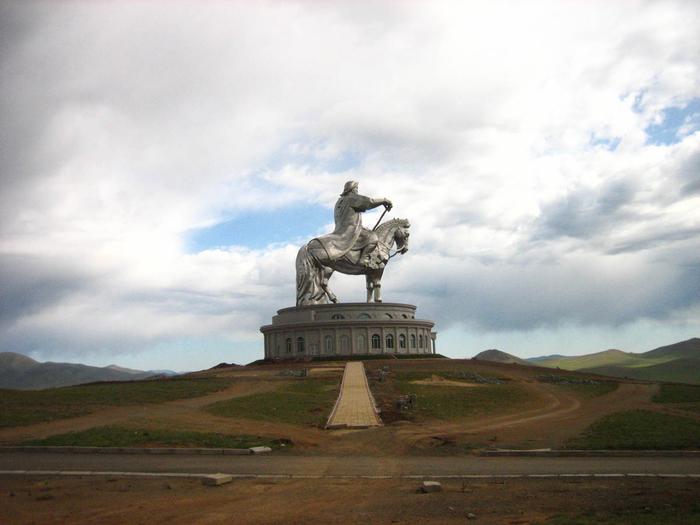 статуя чингисхана монголия (700x525, 335Kb)