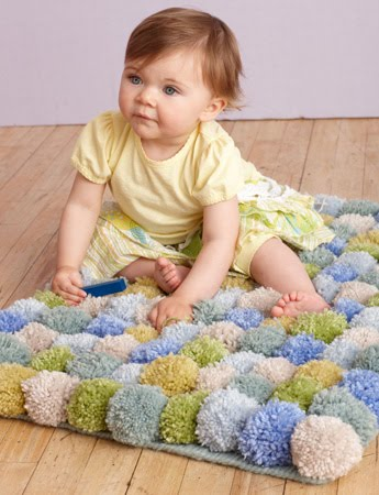Объемные разноцветные шарики из ткани или пряжи не только красивы сами по себе.  Из помпонов, как оказалось...
