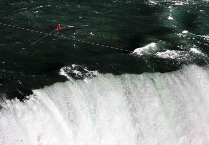 Ник Валенда над ниагарским водопадом фото (700x485, 131Kb)