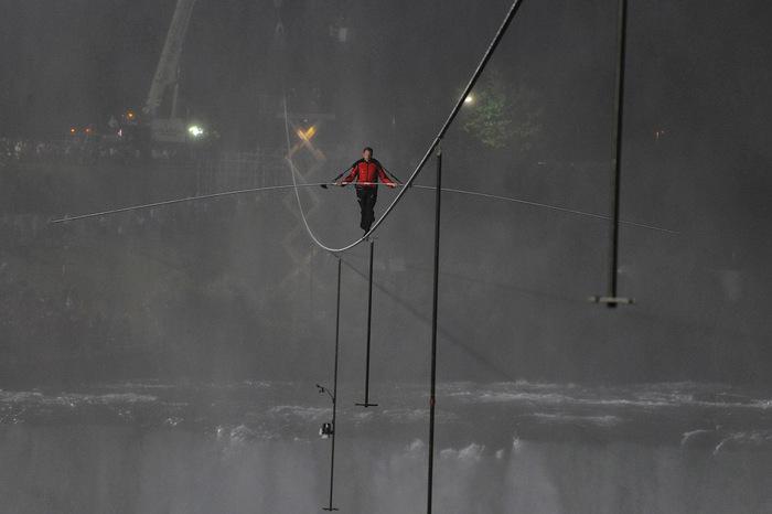 Ник Валенда над ниагарским водопадом фото 6 (700x466, 59Kb)