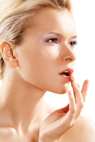 Почему трескаются уголки губ и как лечить