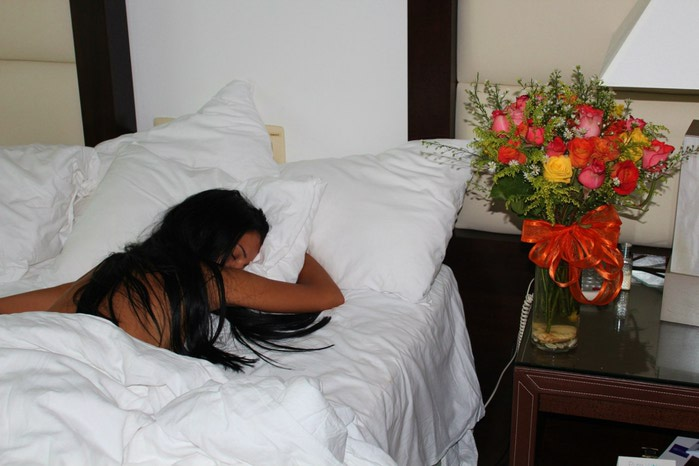 Фото девушек брюнеток в постели по 81