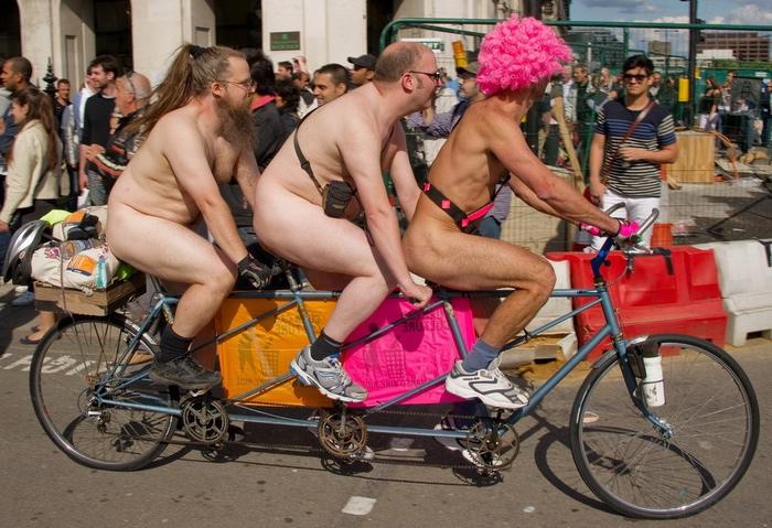 нудисты на велосипеде фото/1340893234_goluye_na_velosipede (700x479, 176Kb)