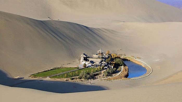 Оазис посреди пустыни2 (700x393, 65Kb)