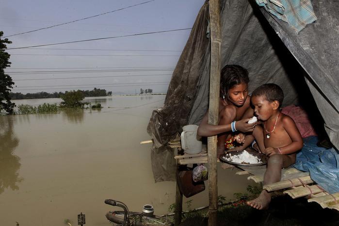 наводнение в индии 7 (700x466, 101Kb)