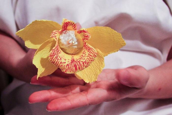 Мастер класс орхидея из гофрированной бумаги и конфет своими руками 43