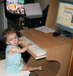 фото маленькой девочки, ребенок и компьютер Samsung как заработать на блоге/1341818536_YUlya_s_kompom (300x315, 141Kb)