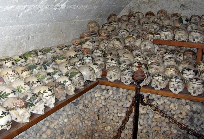 гальштат склепы с черепами 1 (700x477, 135Kb)