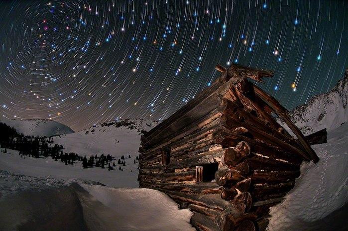 Ночные пейзажи Майка Беренсона. Красивые обои на рабочий стол,звёзды,метеориты, ночь, зима,зимний лес (700x464, 95Kb)
