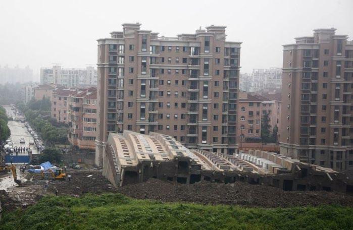 упавший дом китай (700x456, 57Kb)