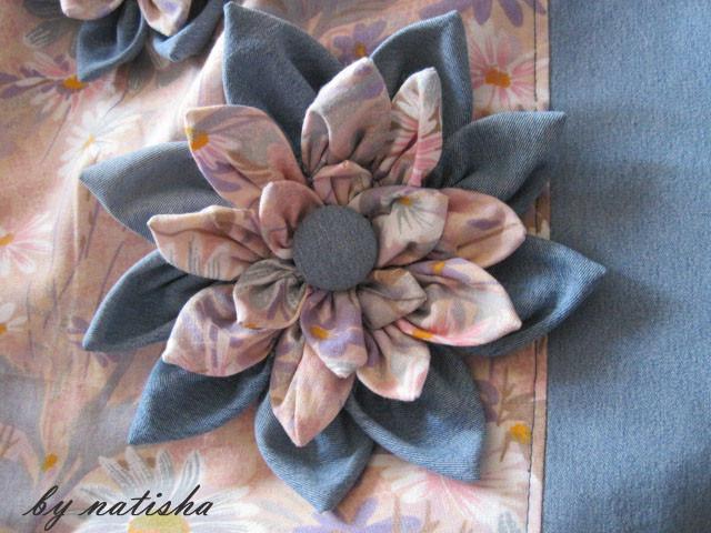 Обычно такие цветы я делаю из джинсовой ткани, комбинируя с... ИСТОЧНИК.