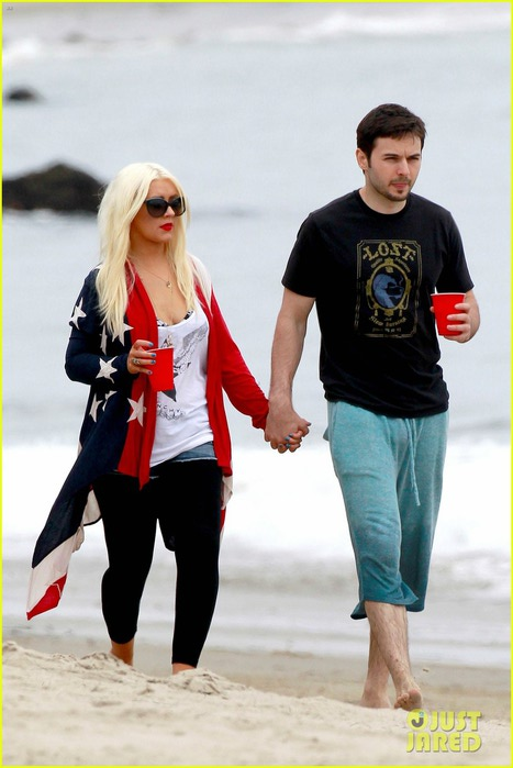 christina-aguilera-matthew-rutler-4th-of-july-with-max-01 (467x700, 70Kb)