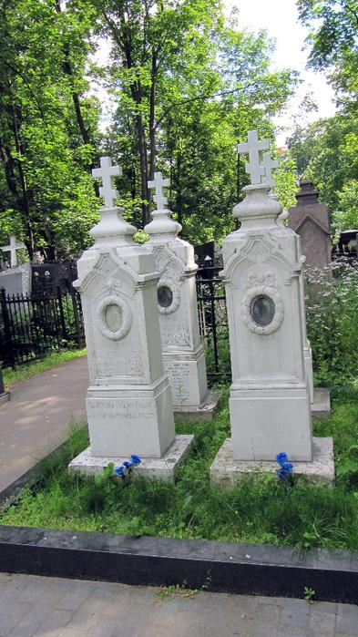 могилы священнослужителей (393x700, 462Kb)