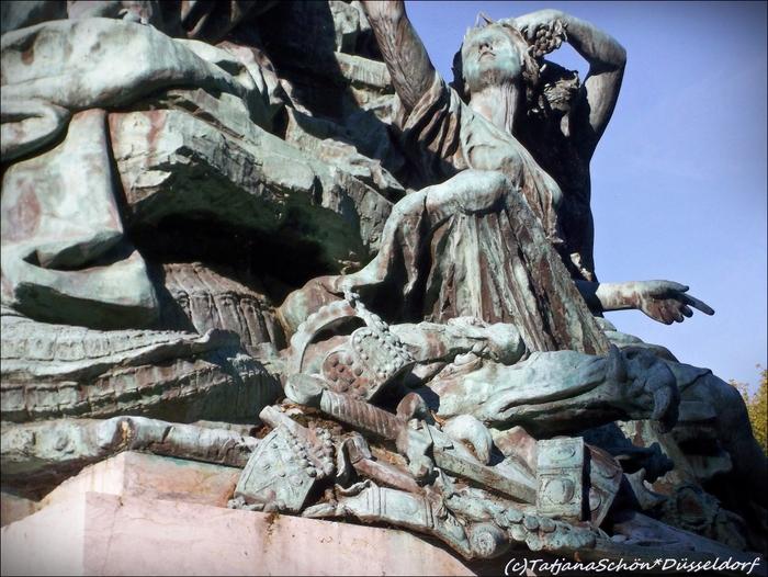 """Скульптуры Дюссельдорфа. """"Отец Рейн и его дочери"""" называется – Vater Rhein und seinen Töchtern (фрагмент). Рекомендация инсайдера-градоведа ТатьяныSchön*Düsseldorf"""