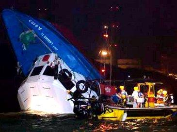 Гонконг - столкновение судов (365x274, 24Kb)