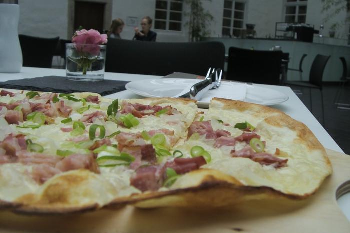 Вкусно: типично осенняя выпечка с луком, беконом и сливочным творожком - Flammkuchen (фламмкухен) - вкусно. Рекомендация инсайдера-градоведа ТатьяныSchön, Дюссельдорф