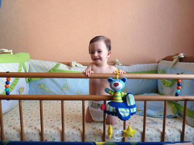 фото ребенок в кроватке/1349323835_YUlya_v_chuzhoy_krovati (400x300, 147Kb)