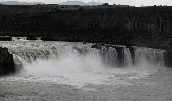 Водопады Исландии2 (560x331, 31Kb)