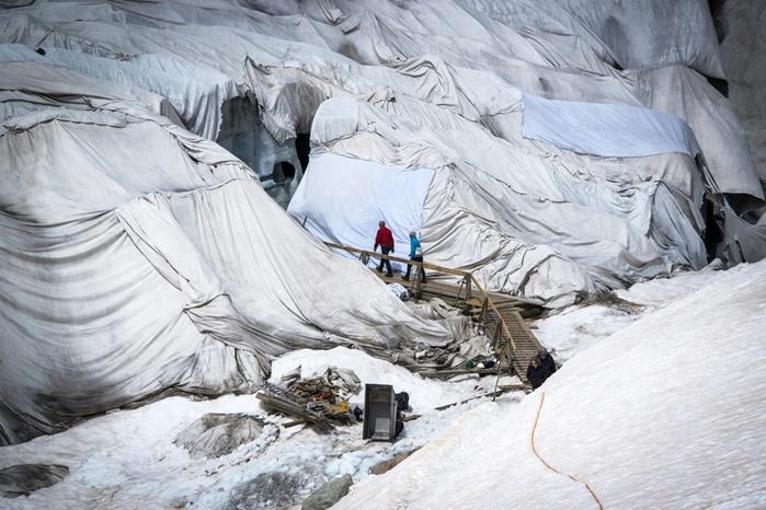 Ронский ледник, накрытый специальной тканью, чтобы свести к минимуму таяние льда, Швейцария (700x466, 381Kb)