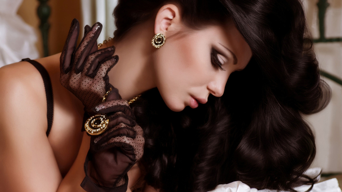 Beautiful-black-hair-girl-pendant-earrings-jewelry_2560x1440 (700x393, 232Kb)