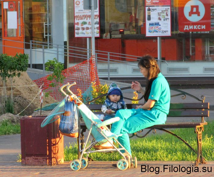 Молодая мама с ребенком на скамейке (700x579, 91Kb)