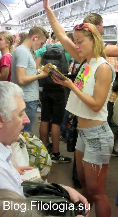 Читающая девушка в вагоне метро (380x700, 47Kb)