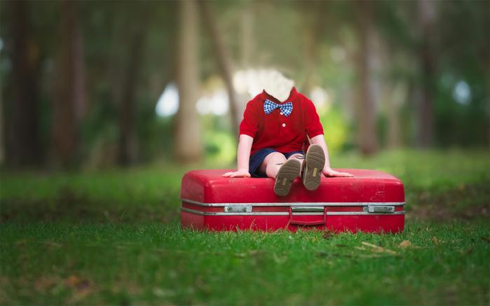 Шаблон для фотошопа - Мальчик на чемодане (700x437, 181Kb)