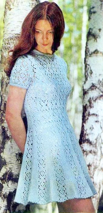 Платье с коротким рукавом расклешенное