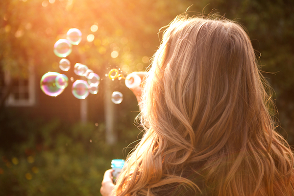 woman-making-soap-bubbles-by-Healthista.com_ (600x399, 281Kb)