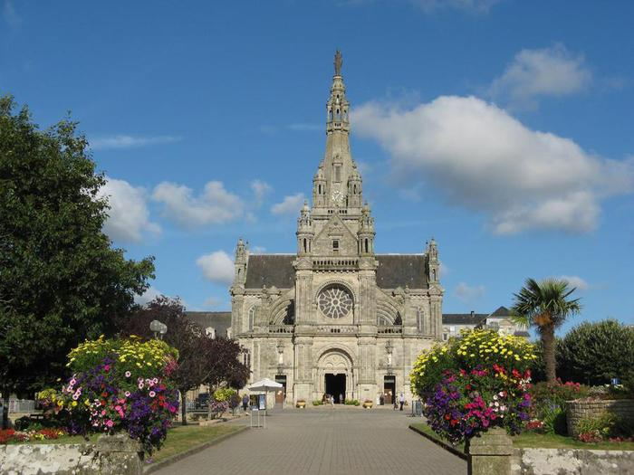 Sant basilique-ste-anne-d-auray-sainte-anne-d-auray-1350475654 (700x525, 58Kb)
