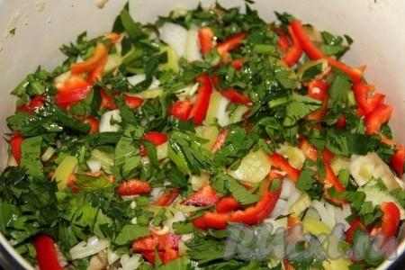 В кастрюлю выкладываем овощи и зелень слоями, между слоями выдавливаем чеснок./5177462_izobrazhenie_263_picnik (450x300, 70Kb)