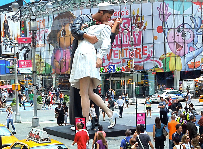 Статуя Безоговорочная капитуляция на Таймс-сквер 1 (700x516, 631Kb)