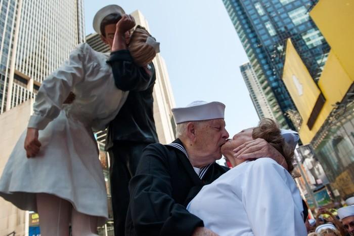 Статуя Безоговорочная капитуляция на Таймс-сквер 6 (700x466, 247Kb)