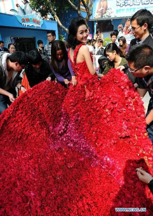 Свадебное платье из 9999 алых роз 47758