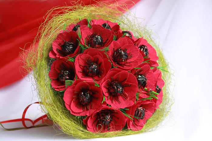 Букет цветов с конфетами своими руками из гофрированной бумаги