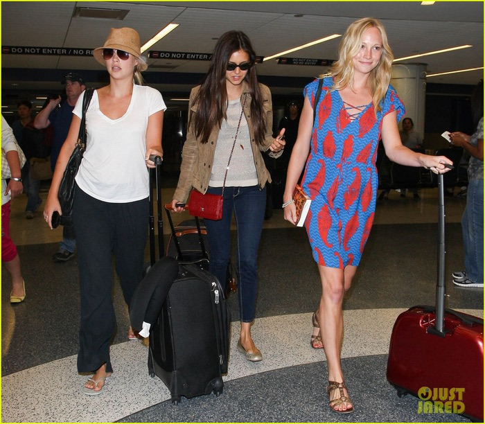 vampire-diaries-cast-landing-at-lax-14 (700x612, 141Kb)