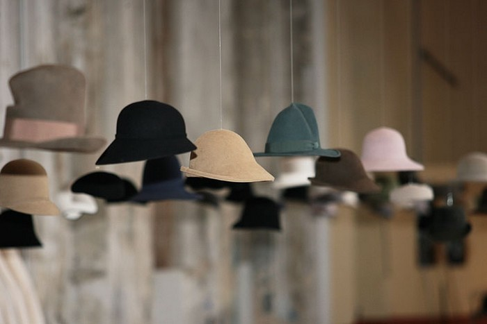 Настенный декор интерьера с помощью шляп 20 (700x467, 40Kb)