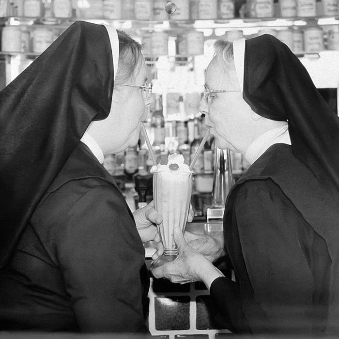 веселая монашка фото 2 (700x700, 284Kb)