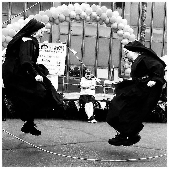 веселая монашка фото 4 (700x700, 351Kb)