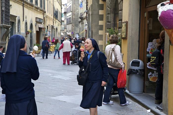веселая монашка фото 8 (700x465, 276Kb)