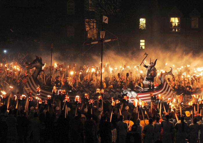 Члены общества викингов окружили своего ярла в долине на Шетландских островах 26 января 2010 года. (700x494, 179Kb)